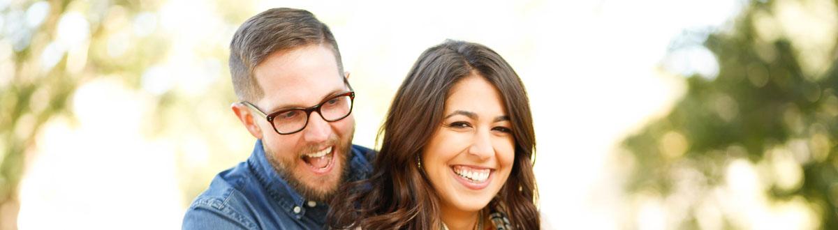 一个女人和一个男人微笑着相互笑着的拍摄